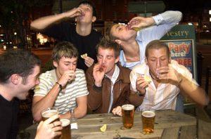 Risultati immagini per uomini che bevono alcol